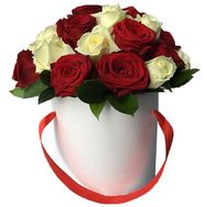 Коробка с красными и белыми розами - цветы и букеты на roza.zp.ua