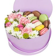 Flowers and macaroons in the box Zaporozhye - flowers and bouquets on roza.zp.ua