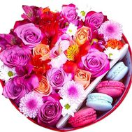 Flowers in a box with cakes - flowers and bouquets on roza.zp.ua