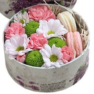 Mini box with flowers and macaroons - flowers and bouquets on roza.zp.ua