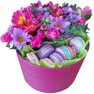 New-fashioned box with flowers and macaroons - flowers and bouquets on roza.zp.ua