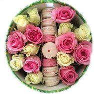 Roses and macaroons in a box - flowers and bouquets on roza.zp.ua