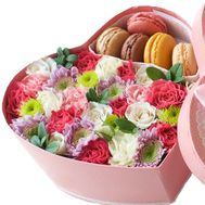 Heart with flowers and macaroons - flowers and bouquets on roza.zp.ua
