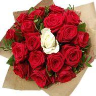 Букет красных роз с 1 белой розой - цветы и букеты на roza.zp.ua