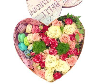 """""""Цветы и макаруны в коробке сердце"""" в интернет-магазине цветов roza.zp.ua"""